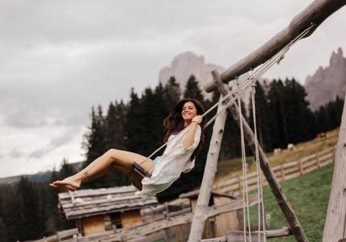 femme-joie-montagne-brune-nature