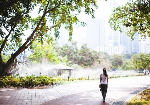 femme-marcher-balade-malaisie-arbre