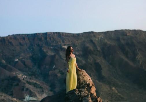 femme-montagne-brune-robe-calme