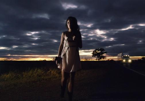 femme-perdu-route-camion-nuage