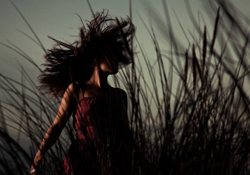 femme-plage-mystere-cheveux-nature