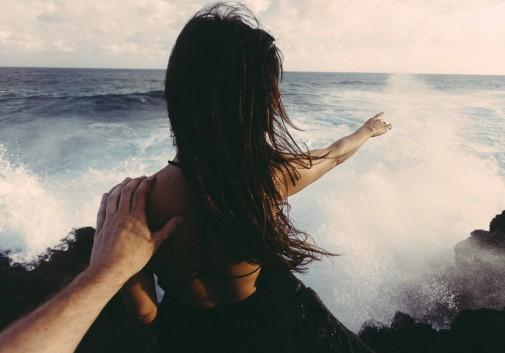 femme-pointer-vague-mer-eau-paysage