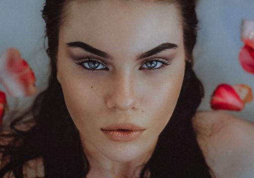 femme-portrait-eau-rose-brune