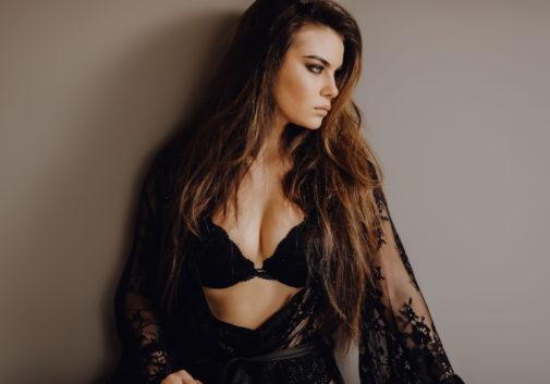 femme-portrait-sexy-lingerie-brune