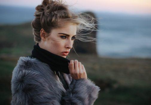 femme-portrait-vent-blonde-montagne