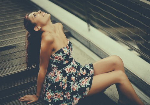 femme-rire-pont-brune-robe