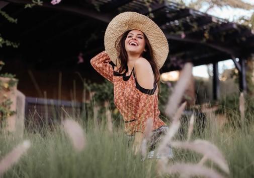 femme-rire-vacance-joie-chapeau