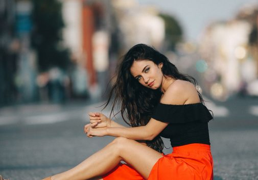 femme-route-aurela-brune-sexy