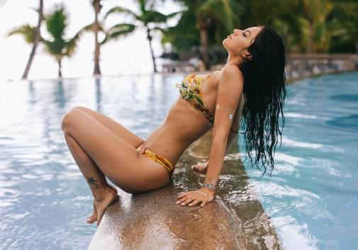femme-sexy-piscine-brune-bikini