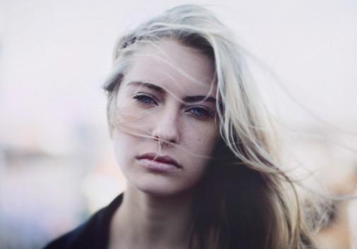 femme-vent-blonde-froid-portrait