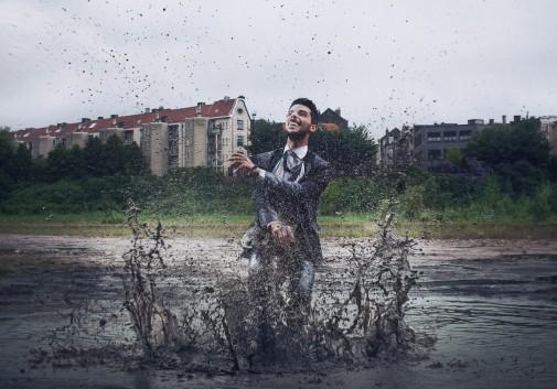 homme-evasion-rire-eau-flaque