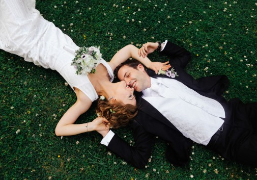 mariage-amour-rire-couple-herbe