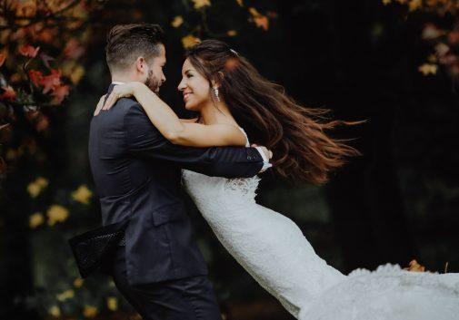 mariage-automne-fleur-couple-sourire
