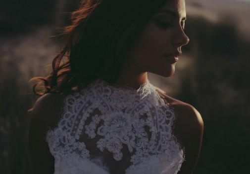 mystère-femme-mariée-dentelle-lumière-vent