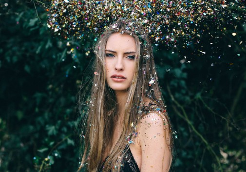 pailette-magie-couleurs-blonde-portrait