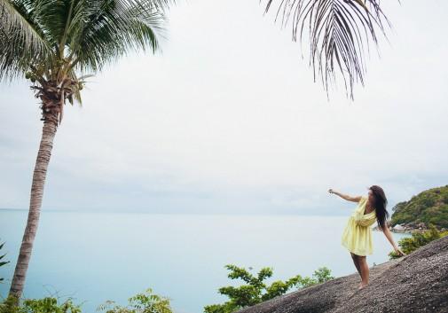 paysage-eau-mer-palmier-femme-brune