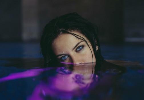 piscine-femme-brune-mystérieux-regard