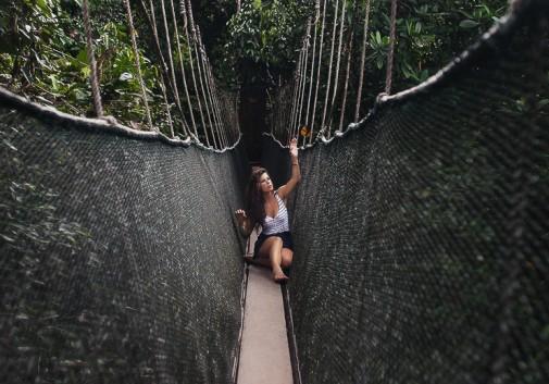 pont-papillon-brune-femme-nature