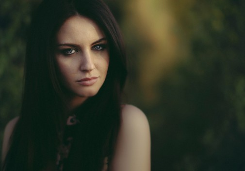 portrait-femme-brune-vert