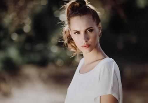 regard-portrait-soleil-femme-brune