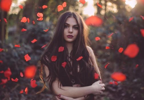 rose-petale-magique-femme-brune