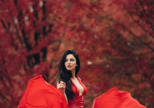 rouge-femme-arbre-automne-magique