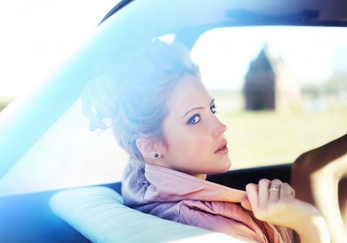 voiture-femme-portrait-vitre-rousse