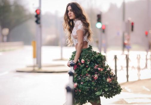 fleur-robe-ville-femme-brune