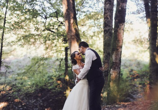 amour-couple-forêt-mariage-nature-rire