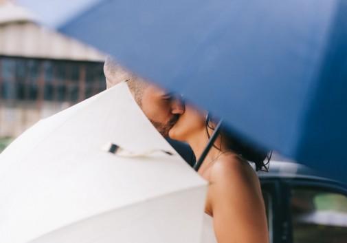amour-mariage-bisou-parapluie-pluie
