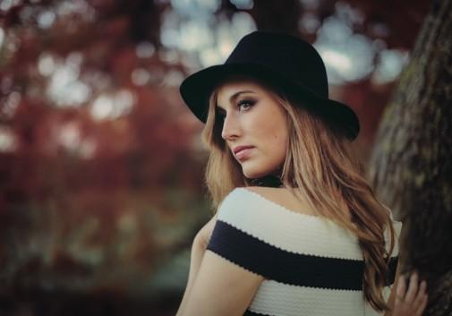 automne-brune-chapeau-femme-nature
