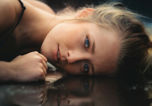 blonde-portait-flaque-reflet-emotion