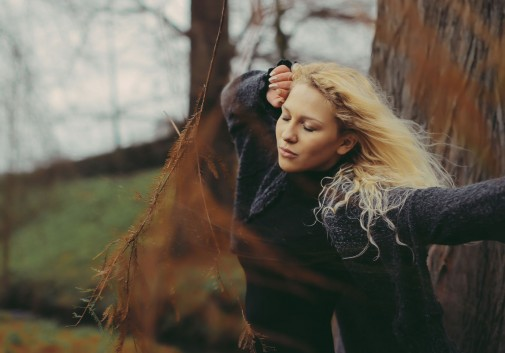 blonde-vent-nature-femme