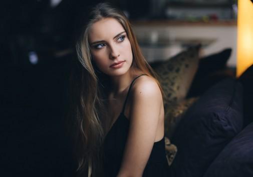 blonde-visage-pensive-regard-portrait
