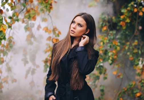 brune-feuille-automne-femme-brume