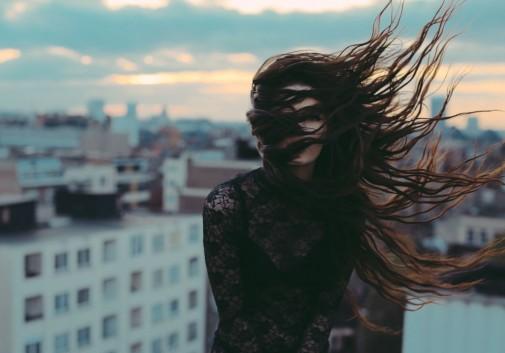 brune-toit-ciel-brune-femme-vent
