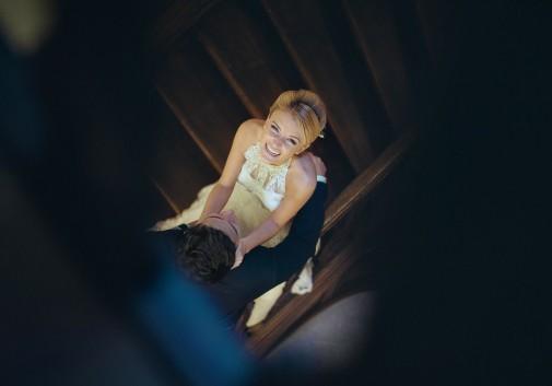 couple-amour-escalier-blonde-bonheur