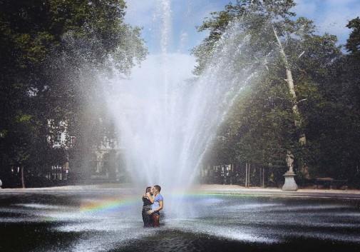 couple-bonheur-fontaine-joie