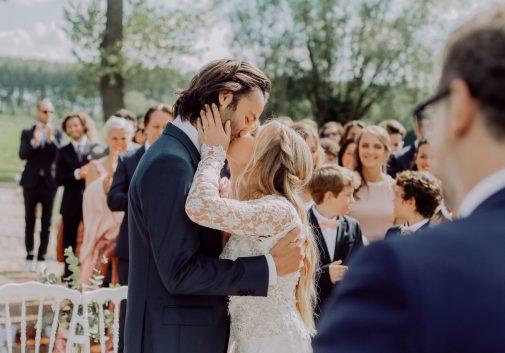 couple-bonheur-joie-bisou-mariage