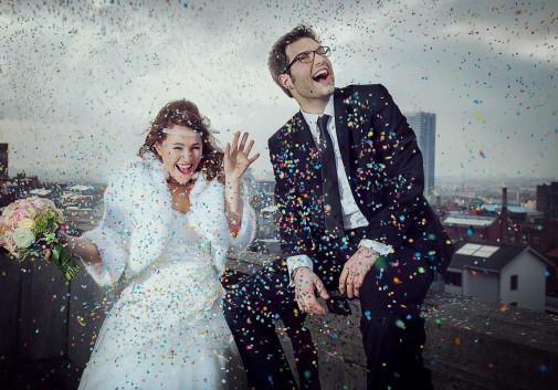 couple-confetti-rire-joie-bonheur