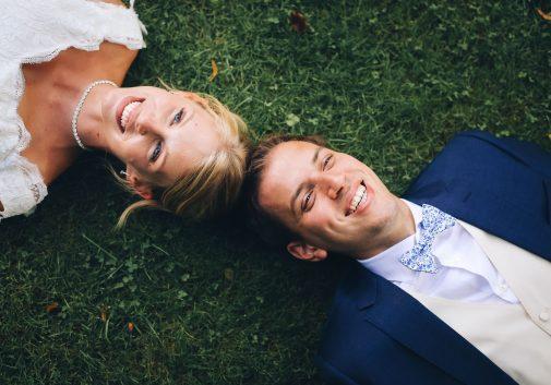 couple-joie-bonheur-mariage-gazon