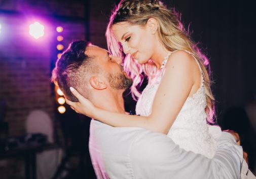 couple-joie-danse-lumiere-mariage