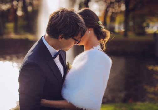 couple-mariage-fontaine-bonheur-calin