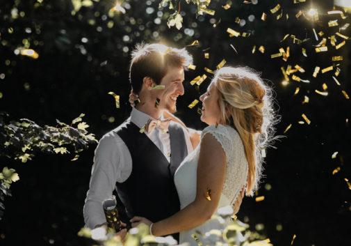 couple-mariage-nature-confetti-rire