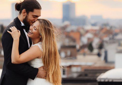 couple-rire-mariage-toit-ciel