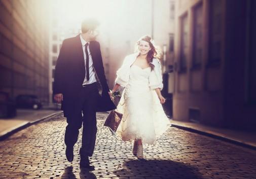 couple-rue-amour-lumière-soleil