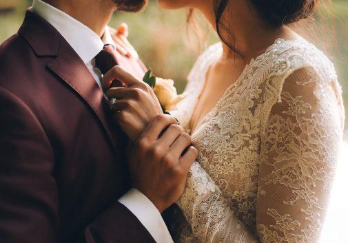 detail-mariage-partage-bonheur-costume