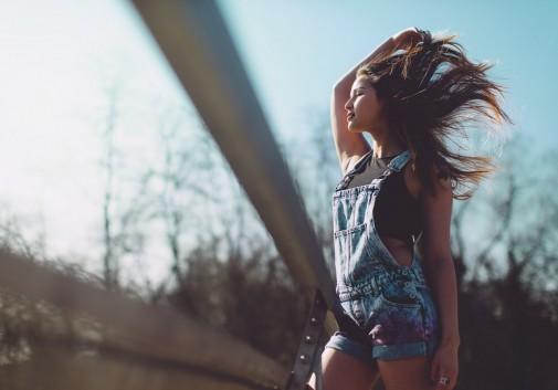 femme-asiatique-vent-bonheur-pont