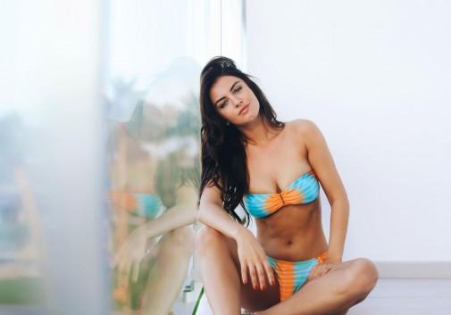 femme-bikini-sexy-brune-vitre