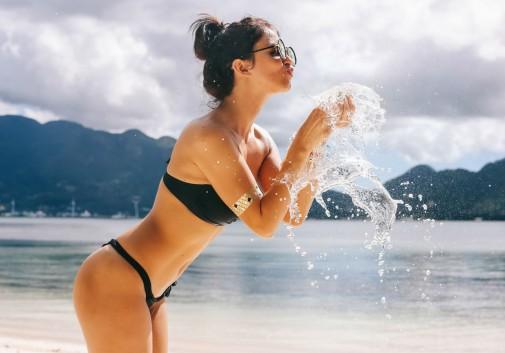 femme-bikini-sexy-eau-magie